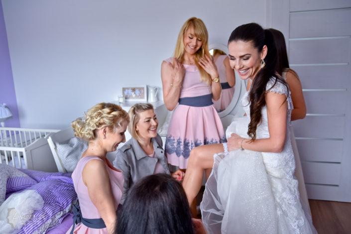 obliekanie nevesty druzicky rovnake saty ruzove svadobne saty usmev izba postel