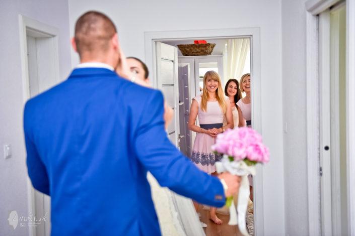 prekvapenie svadba nevesta zenich druzicky usmev pohlad modry oblek