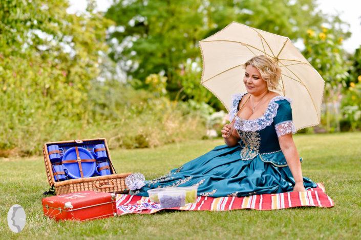 netradicne svadobne saty schloss hof rakusko austria fotograf picknick