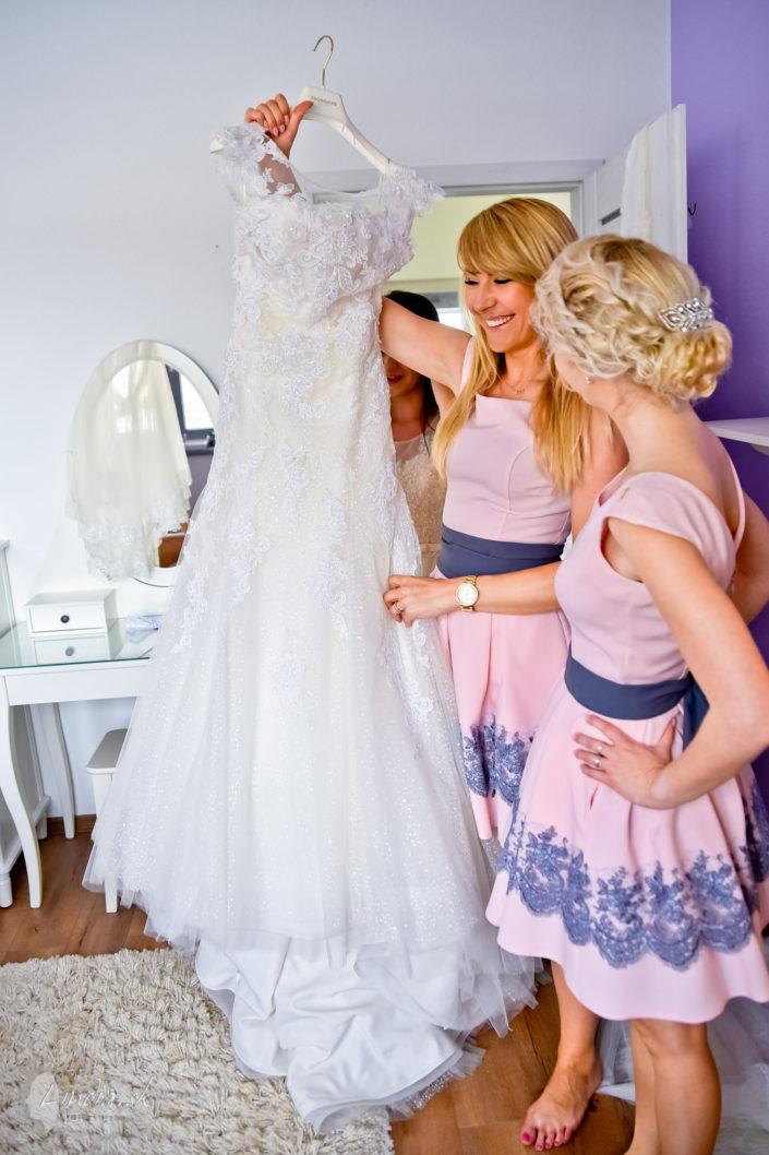 svadobne saty druzicky usmev obliekanie nevesty