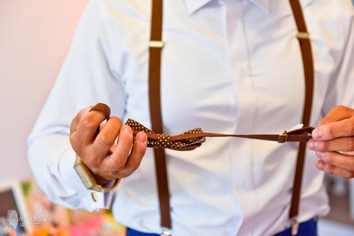 obliekanie zenich pripravy svadba fotograf