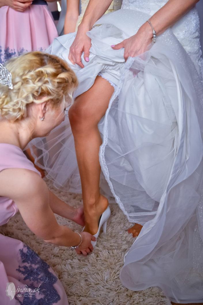 obliekanie nevesty druzicky rovnake saty ruzove svadobne saty izba
