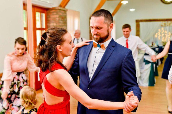 foto fotograf svadba zenich oblek modry motylik dreveny cennik